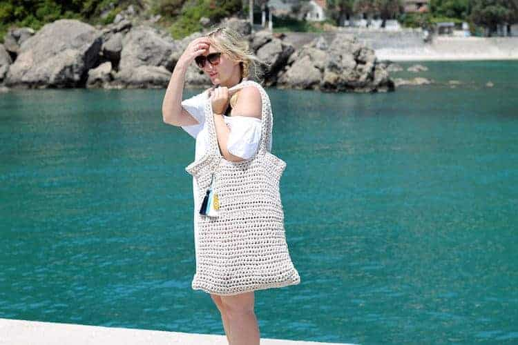 amazing crochet market bags, a huge crocheted tote bag modeled by the sea