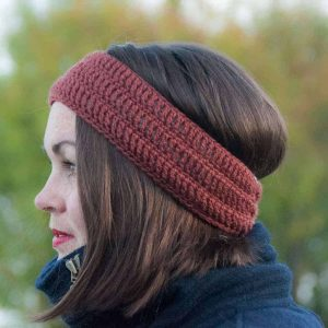 crochet bruma headband, free crochet pattern, rust colored headband modeled, easy crochet pattern