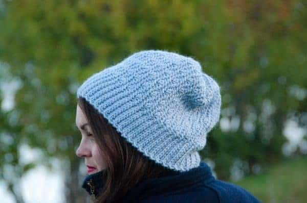 crochet løv slouchy beanie free crochet pattern, crochet hat modeled